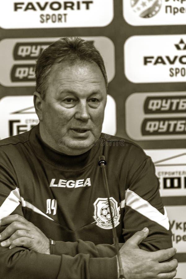 ODESSA, UCRANIA -2 marzo de 2019: Entrenador de fútbol famoso legendario FC Chernomorets Odessa Angel CHERVENKOV durante el parti imagen de archivo