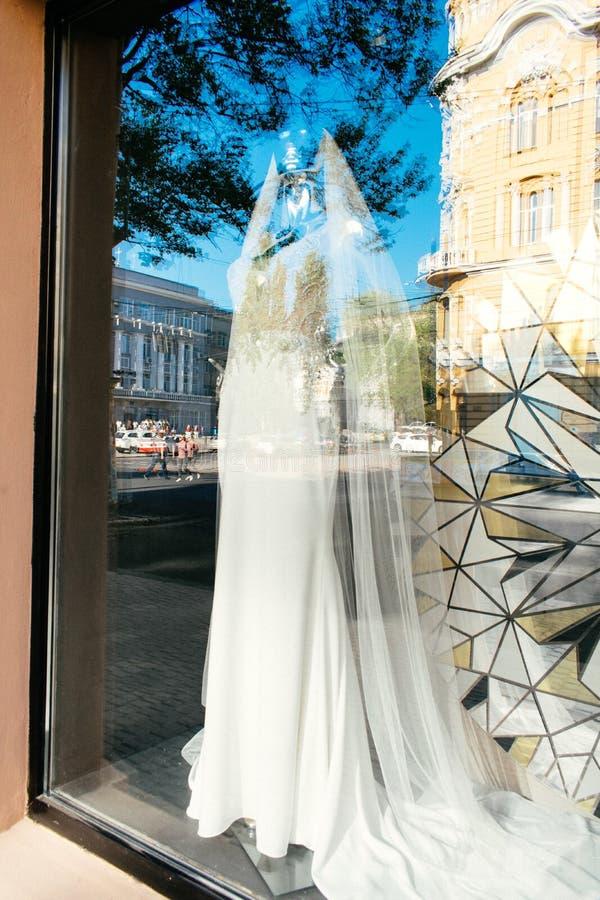 """ODESSA, UKRAINA †""""22 Wrzesień, 2018: Żeński mannequin w ślubnej sukni w gablocie wystawowej Bridal suknia salonu gabloty wystaw obrazy royalty free"""