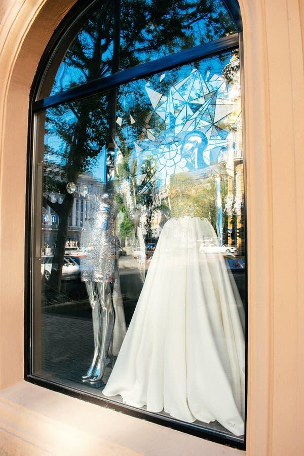 """ODESSA UKRAINA †""""22 September, 2018: Den kvinnliga skyltdockan i bröllopsklänning ställer ut in Den brud- klänningsalongen stäl arkivbild"""