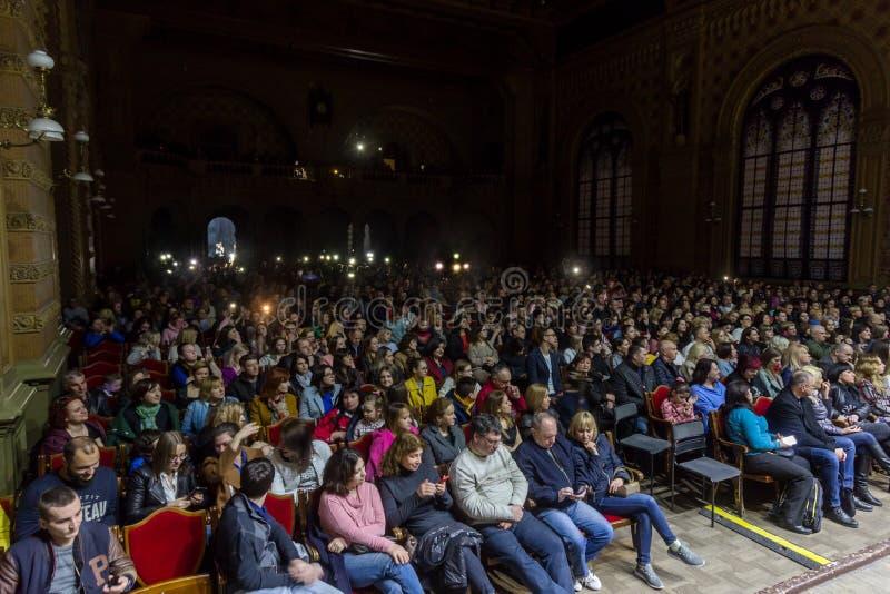 Odessa Ukraina - April 8, 2019: folkmassan av åskådare på vaggar konsert vid ALOSHA under musikshow Folkmassor av lyckligt folk t arkivbild