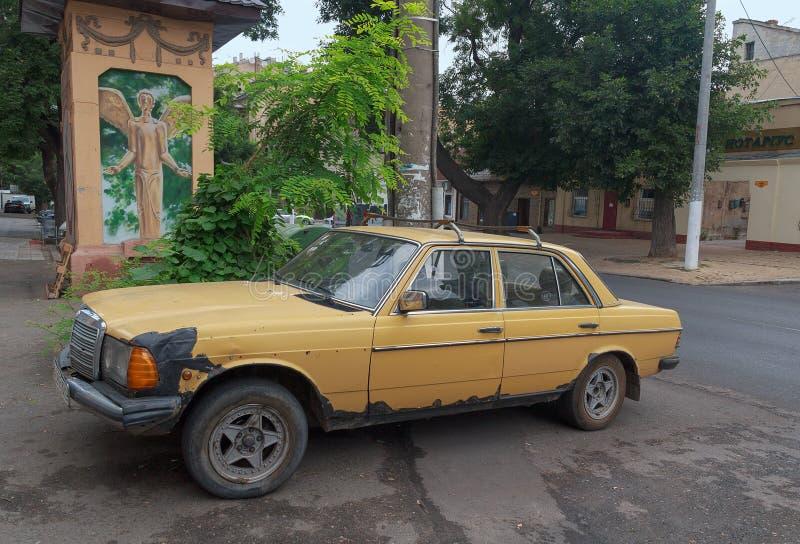 Odessa Ukraina - Augusti 23, 2015: Gammal Mercedes bil som parkeras på th royaltyfri fotografi