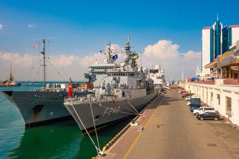 2018 07 23 Odessa Ukraina Bojowi statki NATO-WSCY kraje w porcie Odessa podczas ćwiczeń zdjęcie royalty free