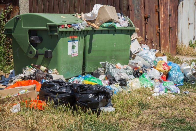 ODESSA, UKRAINA - CIRKA 2018: Stos śmieci od karmowego odpady, obrazy royalty free