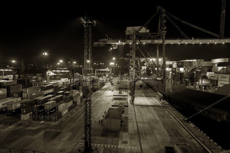 Odessa Ukraina, cirkus 2012: Kommersiell lastport för hav på natten royaltyfri foto