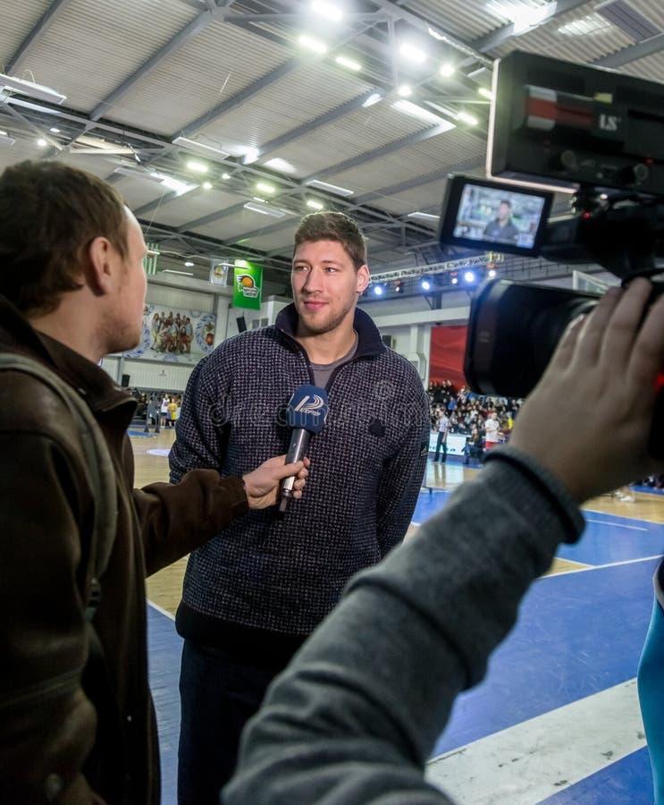 ODESSA UKRAINA - Februari 16, 2019: Intervju av kaptenen av den ukrainska nationella basketlagen Vyacheslav Kravtsov under öppnin arkivfoto