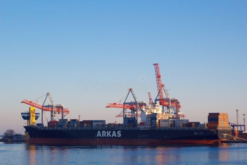 ODESSA UKRAINA - JANUARI 02, 2017 lastade av den stora behållareskytteln i port royaltyfri foto