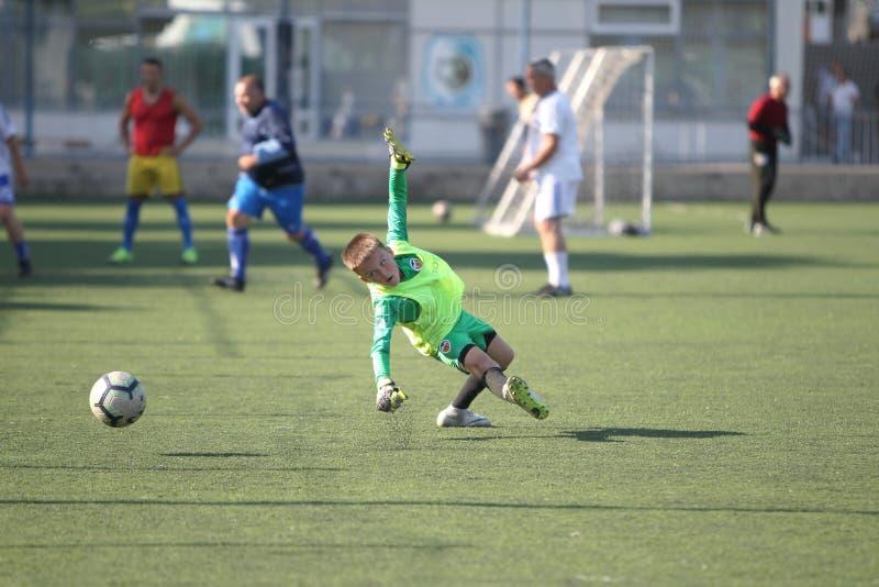 ODESSA UKRAINA - JULI 2019: Fotboll för ungt barnlek på ett sportfotbollfält Utbildning av små fotbollsspelare _ arkivfoton
