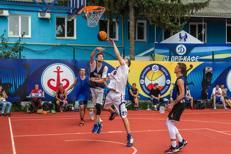 ODESSA UKRAINA - JULI 28, 2018: Tonåringlekbasket under mästerskap för streetball 3x3 Basketba för gata för ungdomarlek arkivbilder
