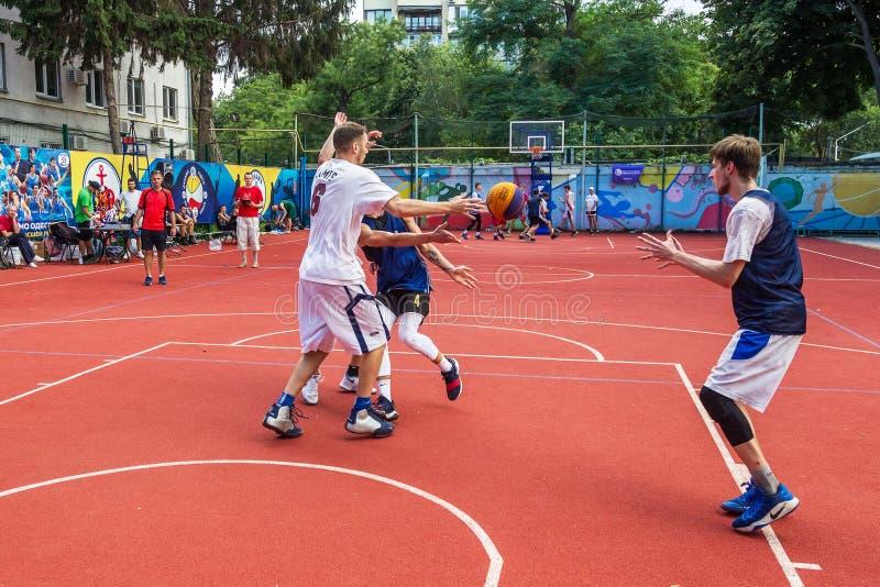 ODESSA UKRAINA - JULI 28, 2018: Tonåringlekbasket under mästerskap för streetball 3x3 Basketba för gata för ungdomarlek royaltyfria foton