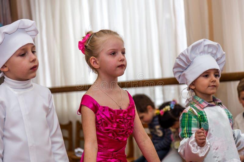 Odessa Ukraina, Marzec, - 4, 2016: dziecko muzyka grupuje śpiew zdjęcie stock