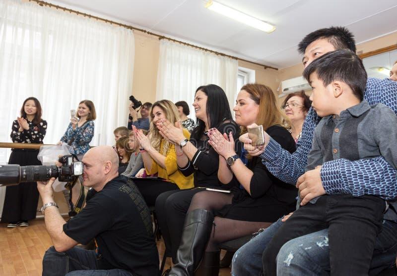 ODESSA UKRAINA, Marzec, - 4, 2016: Widownia przy koncertem zdjęcie royalty free