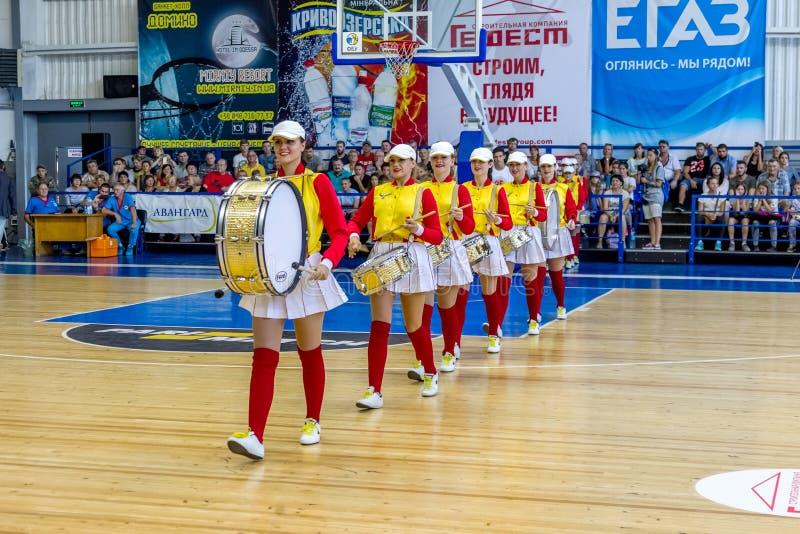 ODESSA, UKRAINA sept 3,2017: Młode piękne sportowe chirliderka dziewczyny z bębenami i pomponami zabawiają widowni podczas przerw obraz stock