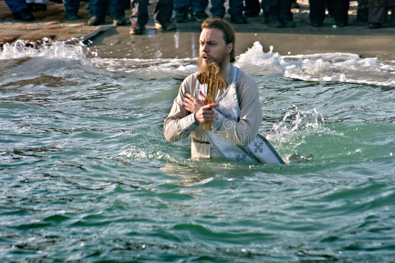 Odessa, Ukraina STYCZEŃ 19, 2012: --: Chrześcijanina Peopls dopłynięcie w lodzie - zimnej wody Czarny morze podczas objawienia pa obraz stock