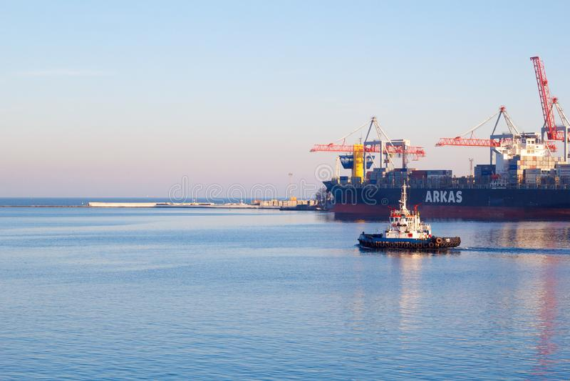 ODESSA, UKRAINA - STYCZEŃ 02, 2017 pociąga łódź opuszcza port Odessa obraz stock