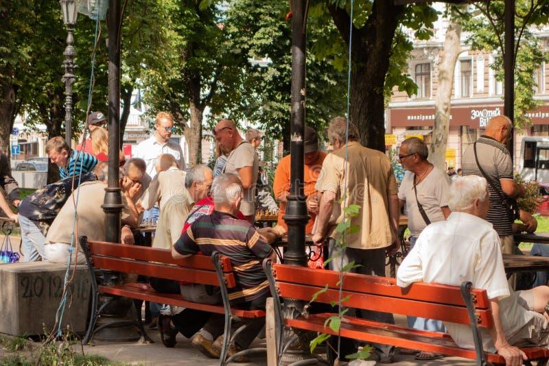 odessa ukraine 2018 07 26 Ältere Menschen Spielschach im Park stockbild