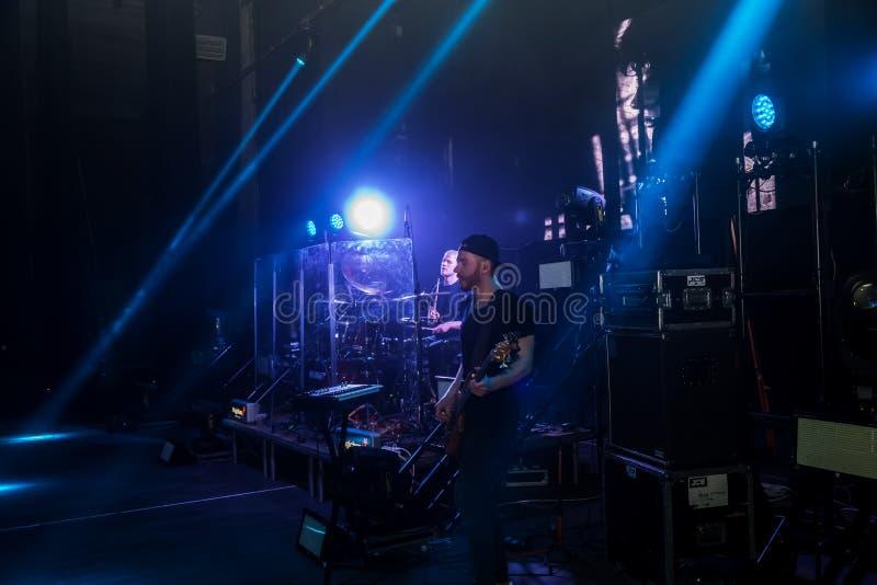 ODESSA, UKRAINE - 12. April 2019: Ukrainischer S?nger ALEKSEEV auf Konzertstadium Konzertstadium mit Lichtern und Musikinstrument stockbilder