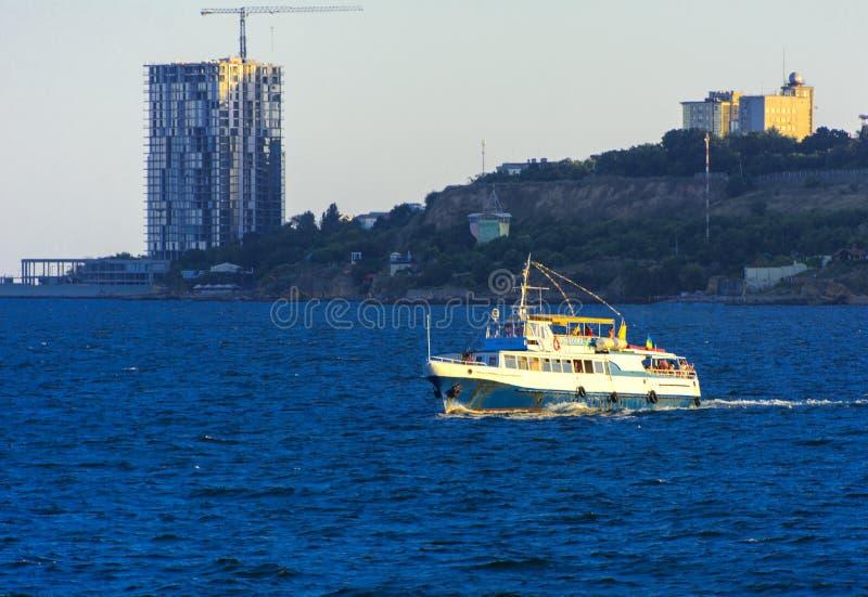 Odessa, Ukraine - 8. August 2018 Schiff für Wege in der hohen See herein lizenzfreie stockfotografie