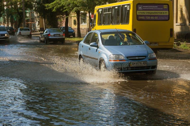 Odessa, Ukraine -3 en juillet 2018 : Conduire des voitures sur une route inondée pendant les inondations provoquées par la pluie  photographie stock