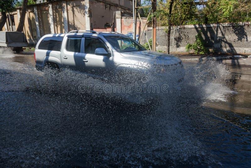 Odessa, Ukraine -3 en juillet 2018 : Conduire des voitures sur une route inondée pendant les inondations provoquées par la pluie  image libre de droits