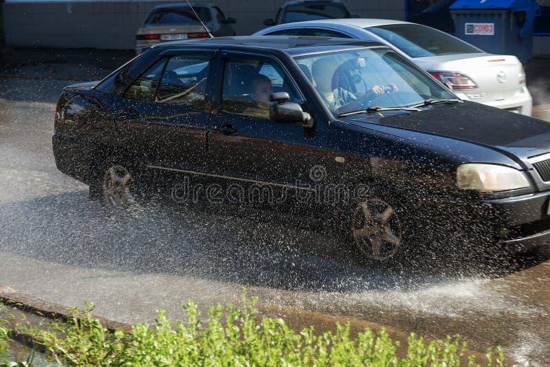 Odessa, Ukraine -3 en juillet 2018 : Conduire des voitures sur une route inondée pendant les inondations provoquées par la pluie  photo stock