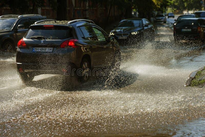 Odessa, Ukraine -3 en juillet 2018 : Conduire des voitures sur une route inondée pendant les inondations provoquées par la pluie  images libres de droits