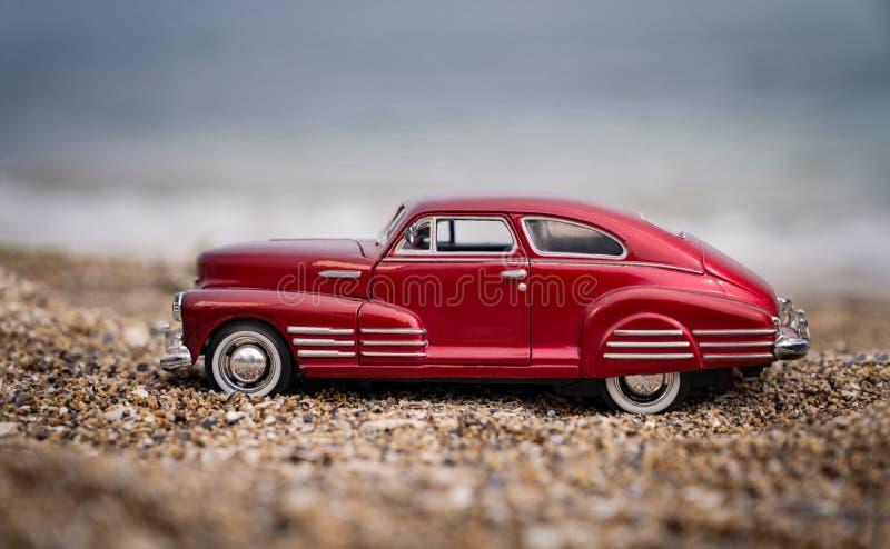 Odessa, Ukraine - 03 mai 2020 Red Chevrolet modèle vintage par la mer, soft focus photos libres de droits