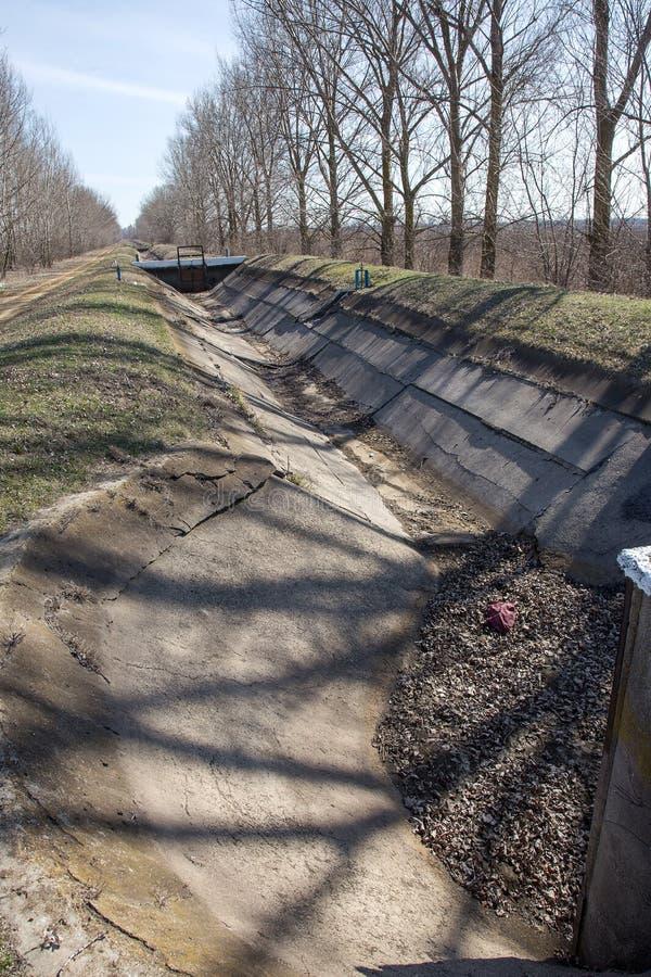ODESSA, UKRAINE - mars 2017 : canal et eau secs DR d'irrigation photographie stock libre de droits