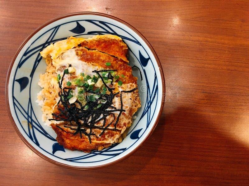 Odgórnego widoku Japoński jedzenie, crispy wieprzowina ryż zdjęcie stock