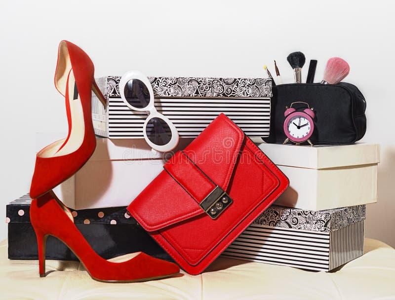 Odgórnego widoku przyjęcia stroju składu modnych żeńskich akcesoriów butów torebki sprzęgła okularów przeciwsłonecznych kosmetykó obraz royalty free