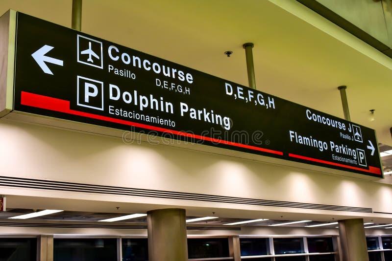 Odgórny widok Concourse d, E, F, G, H znak przy Miami lotniskiem międzynarodowym zdjęcie royalty free