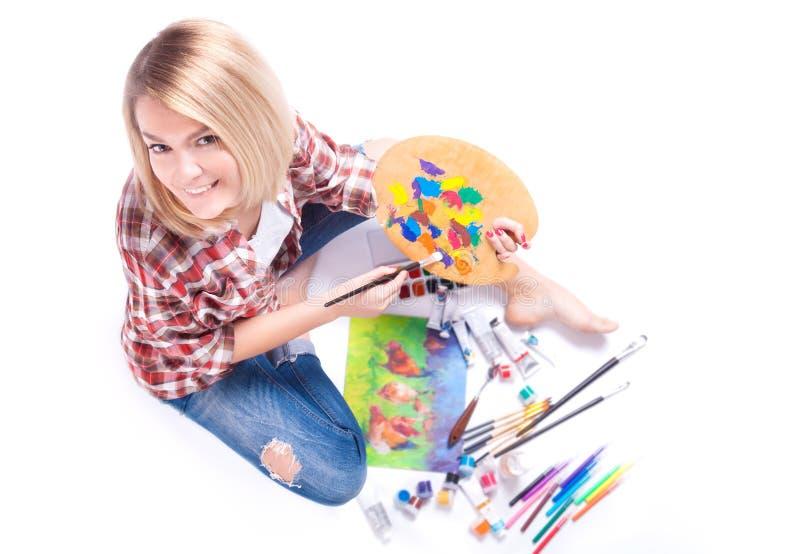 Odgórny widok kobieta chwyty w jej rękach paleta wokoło farby i materiałów dla twórczości zdjęcia stock