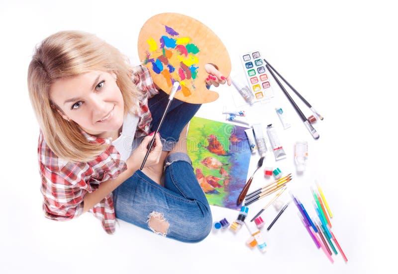 Odgórny widok kobieta chwyty w jej rękach paleta wokoło farby i materiałów dla twórczości zdjęcie stock
