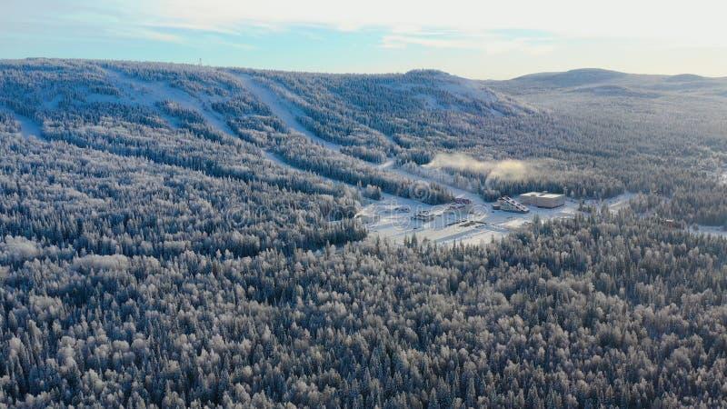 Odgórny widok narty baza z skłonami na górze footage Panorama śnieżyste góry z narciarskimi skłonami i odtwarzaniem zdjęcie royalty free