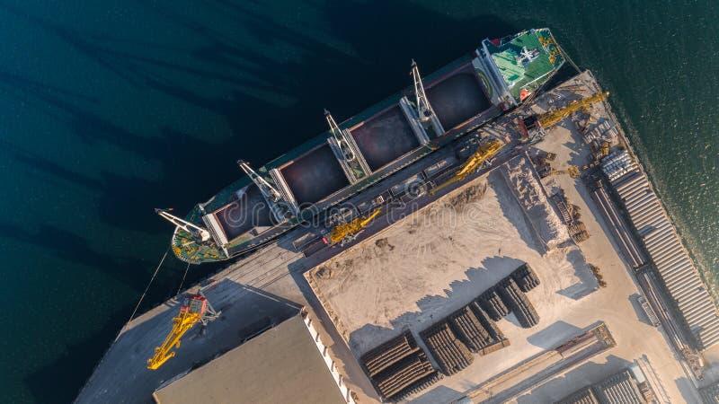 Odgórny widok portowy schronienie z ładunku statkiem na rozładunek terenu, molu i ładowanie i, miejsce składowania obraz royalty free