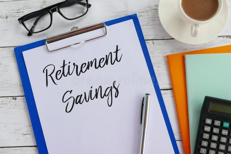 Odgórny widok szkła, kawa, kalkulator, notatnik, pióro, schowek i papier pisać z emerytuier oszczędzaniami, zdjęcia stock