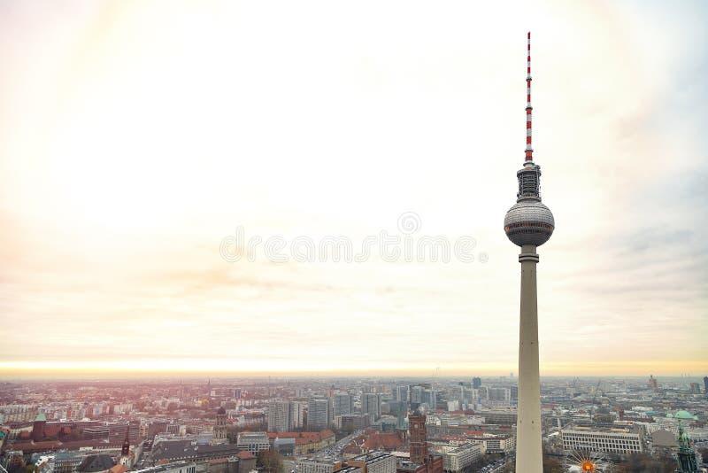Odgórny widok telewizji wierza Fernsehturm w Berlin obrazy royalty free