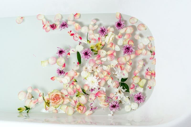Odgórny widok wypełniający z wodą, kwiatami i płatkami skąpanie bąbla, obrazy royalty free