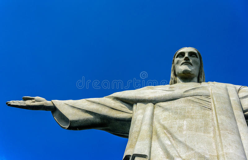Odgórna część Chrystus odkupiciel przy słonecznym dniem z głębokim jasnym niebieskim niebem, Rio De Janeiro fotografia royalty free