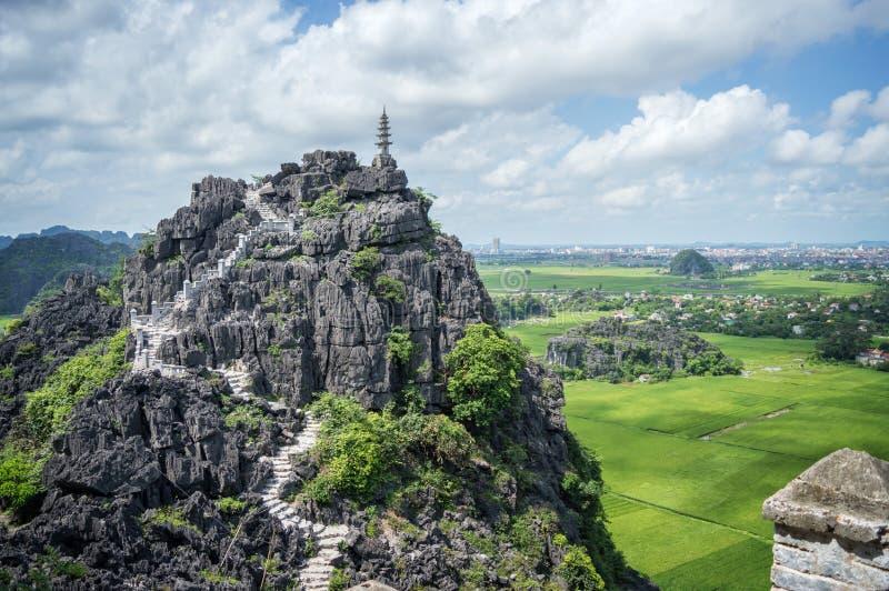 Odgórna pagoda zrozumienia Mua świątynia, ryżowi pola, Ninh Binh Wietnam fotografia stock