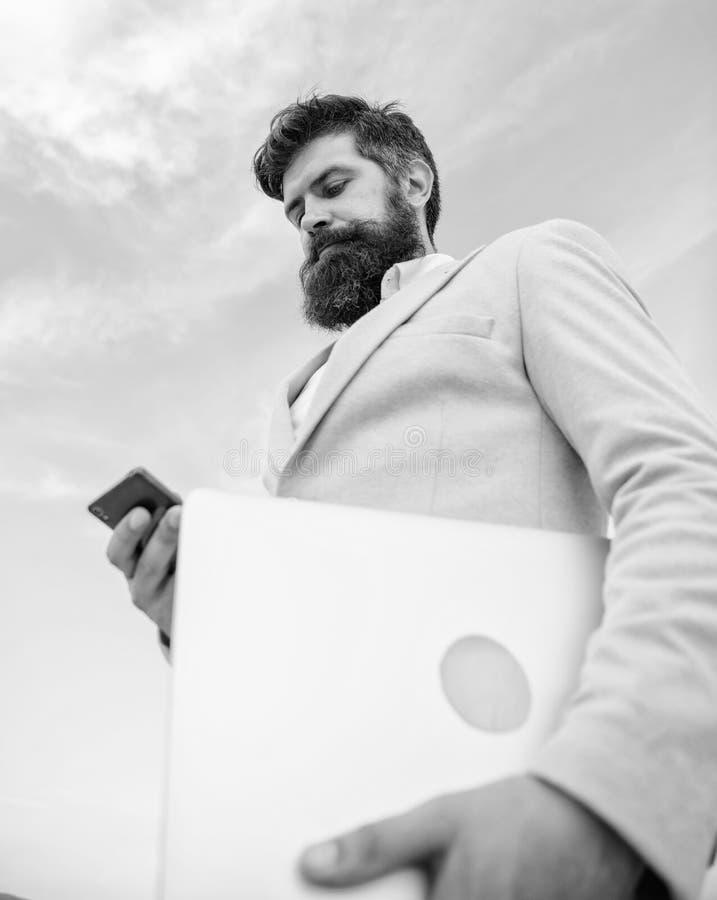 Odgórne ilości znakomity kierownik Mężczyzna dobrze przygotowywający brodaty modniś trzyma laptopu niebieskiego nieba tło Faceta  fotografia stock