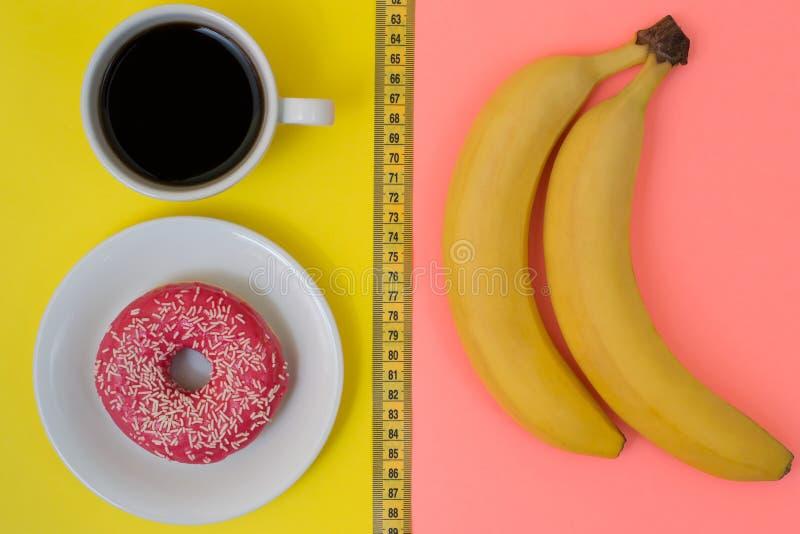 Odgórnego abobe widoku zasięrzutna fotografia zdrowa i niezdrowa karmowa dieting ciężar straty taśmy contraast pojęcia odchudzają obraz stock