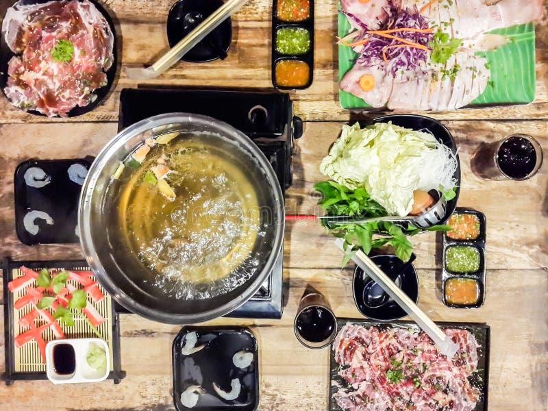 Odgórnego widoku łasowanie Sukiyaki i shabu polewka z ryb?, bia?y warzywo na drewnianym obraz stock