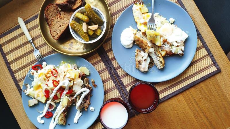 Odgórnego widoku śniadanie dla dwa, piec ryba i grule z zalewami, Angielski śniadanie, zdrowy łasowania pojęcie, selekcyjna ostro fotografia royalty free