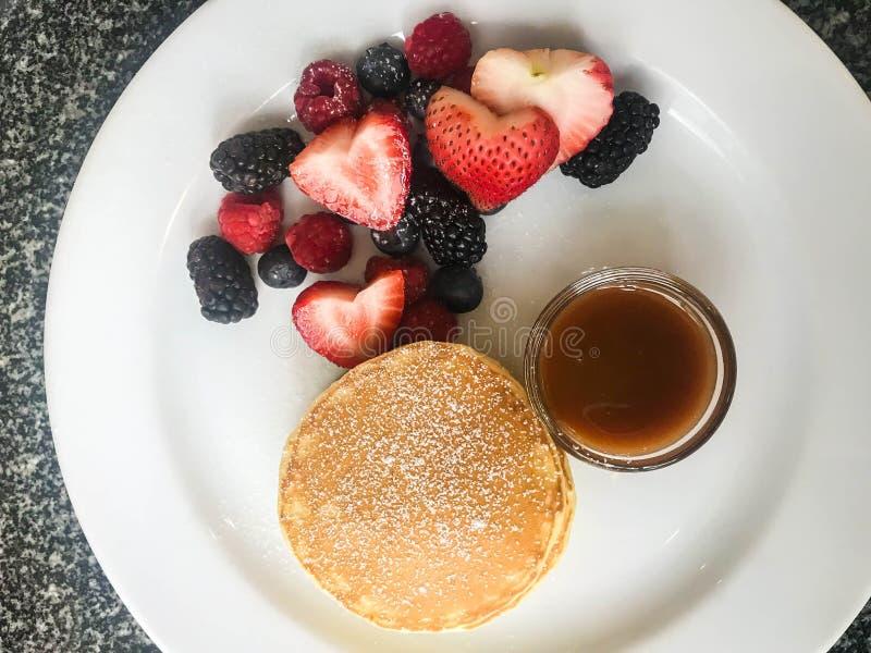 Odgórnego widoku świeży słodki blin z karmel jagodami i kumberlandem fotografia stock