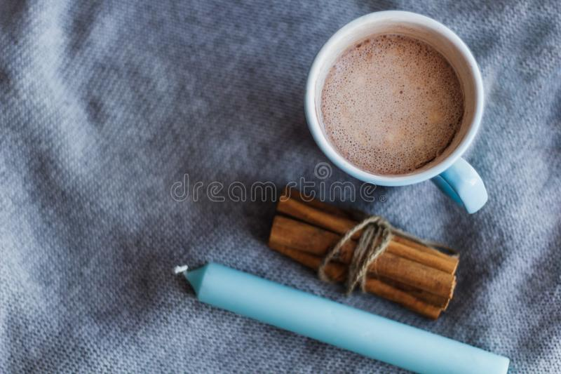 odgórnego widoku świeczki kakaowy błękitny cynamon obraz stock