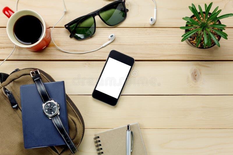 Odgórnego widoku akcesoria podróżują z telefonem komórkowym, okulary przeciwsłoneczni, torba, wat zdjęcie stock