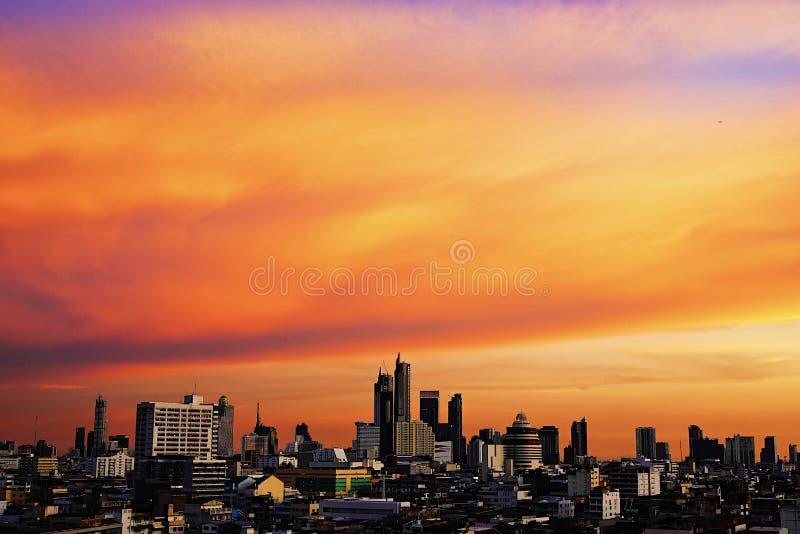 Odgórnego widoku Bangkok miasta budynków zmierzchu mroczny pomarańczowy niebo widzii pięknego purpurowego natury tło zdjęcie stock