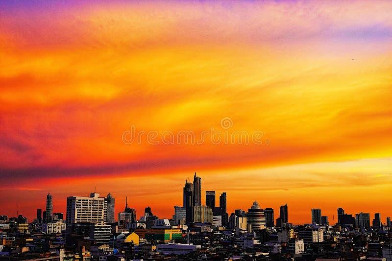 Odgórnego widoku Bangkok miasta budynków zmierzchu mroczny pomarańczowy niebo widzii pięknego purpurowego natury tło fotografia royalty free