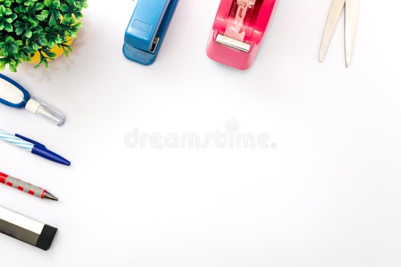 Odgórnego widoku biały desktop z wiele narzędziowy tło zdjęcia stock