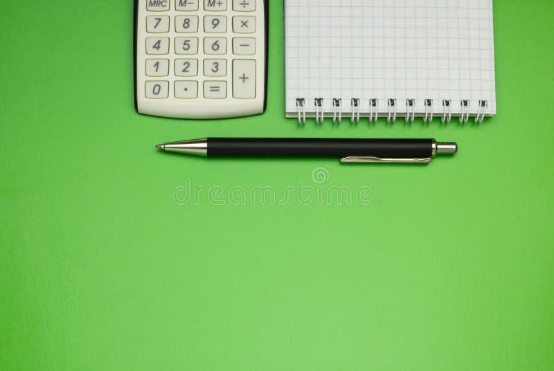 Odgórnego widoku biura stołu kalkulator z piórem na stole dla biznesu i kopii przestrzeni obrazy stock